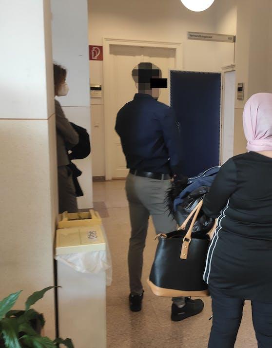 Der angeklagte Soldat mit seiner Mutter bei Gericht in Wr. Neustadt.