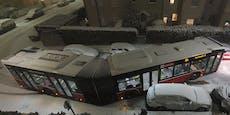 Bus crasht im Schneechaos in parkendes Auto