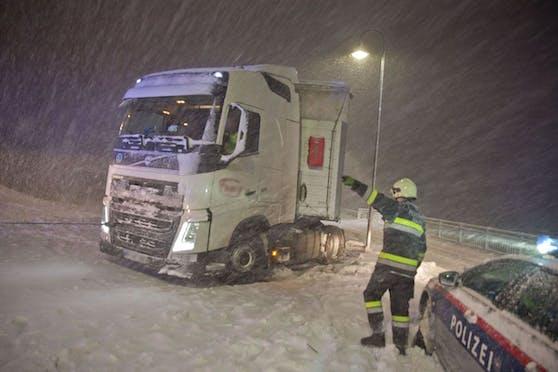 Schnee-Chaos in NÖ: Hängengebliebene Lkws auf der A21 am 26. Jänner 2020