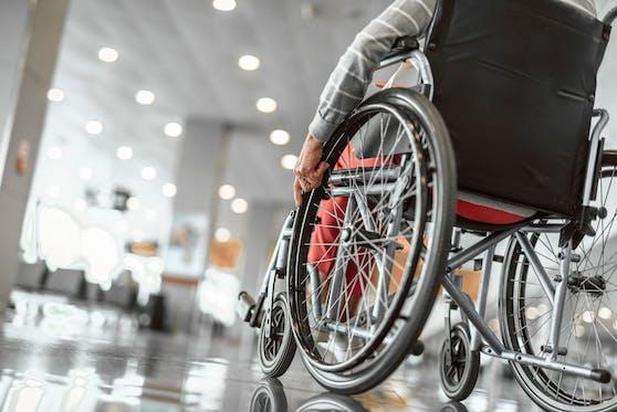 Die körperlichen angriffe waren so heftig, dass die 71-Jährige aus ihrem Rollstuhl fiel.