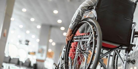 Der 74-Jährige sitzt im Rollstuhl, doch er konnte wieder nach Hause. (Symbolbild)