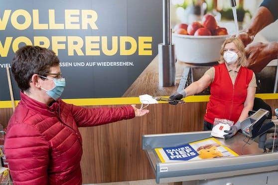 BILLA, MERKUR und PENNY stellten Kunden gratis FFP2-Masken aus Österreich zur Verfügung