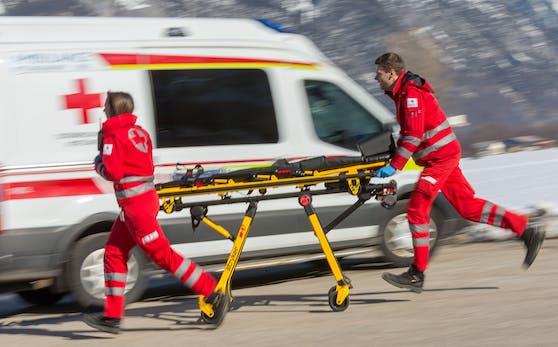 Sanitäter des Roten Kreuzes mit einer Trage.