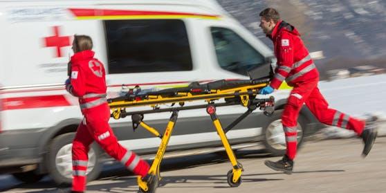 Sanitäter des Roten Kreuzes mit einer Trage.Symbolbild