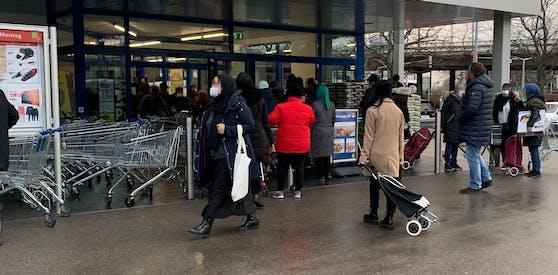 Die Neueröffnung dieses Supermarkts am Friedrich-Engels-Platz war gut besucht.