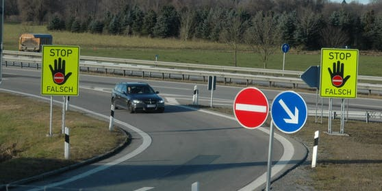 Warnschilder gegen Geisterfahrer (Symbolbild)