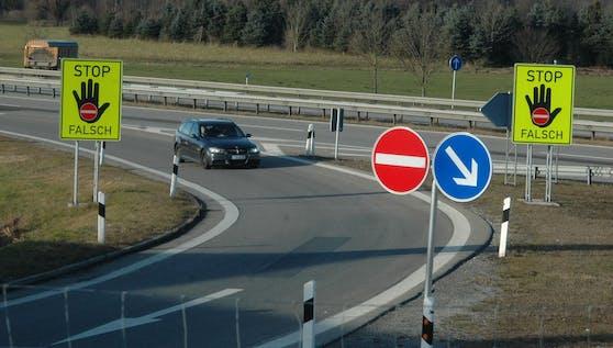 Warnschilder gegen Geisterfahrer an einem Verkehrsabschnitt der A3 in Bayern