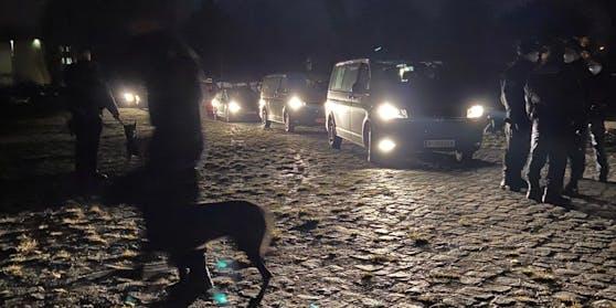 In der Zinnergasse stehen sich Abschiebe-Gegner und Polizei gegenüber.