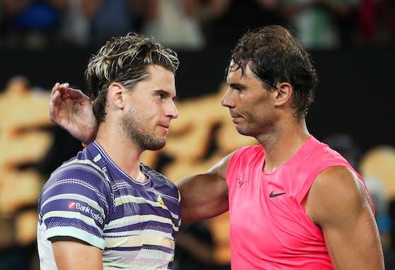 Dominic Thiem schlägt gegen Rafael Nadal auf.