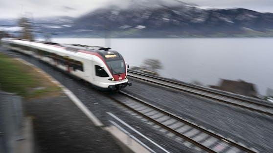 Ein Kellner fuhr trotz positivem Test mit Zügen und Taxi zurück an seinen Wohnort in Como (Symbolbild).