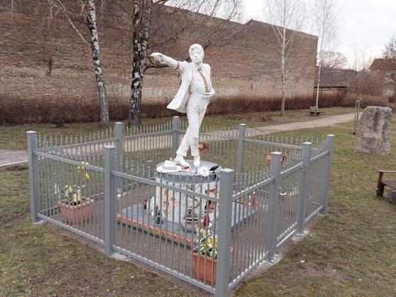 Das Denkmal von Michael Jackson wird jetzt von einem Zaun geschützt.