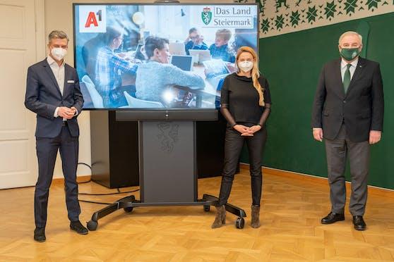 A1 Telekom Austria Group CEO Thomas Arnoldner, Juliane Bogner-Strauß , Landesrätin für Bildung, Gesellschaft, Gesundheit und Pflege, Landeshauptmann Hermann Schützenhöfer (Archivfoto)
