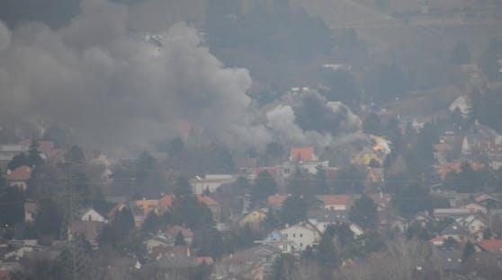 Auch das Landeskriminalamt ermittelt bereits und geht von einem Gasgebrechen aus.Sogar an der Straße abgestellte Pkw wurden völlig zerstört.