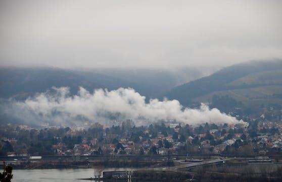 Auch in weiter Entfernung sind die dichten Rauchschwaden noch zu sehen.