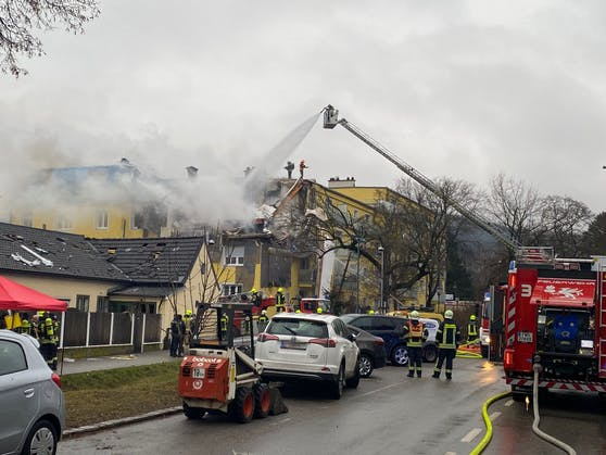 Ein Einsatz im Inneren des Hauses ist derzeit noch zu gefährlich, die Einsatzkräfte konzentrieren sich deswegen noch auf die großflächige Bekämpfung des Brandes.