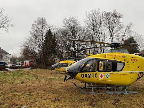 Vor Ort sind mehrere Feuerwehren aus dem Bezirk Korneuburg, zwei Rettungshubschrauber, Notarztwagen und zahlreiche Rettungswagen.