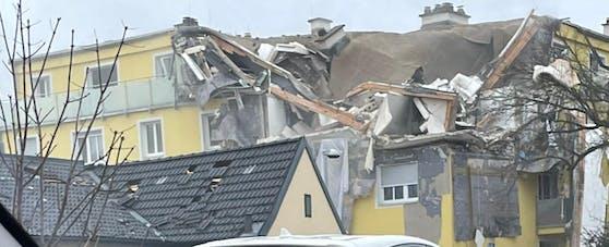 Ein ganzer Wohnblock in Langenzersdorf im Bezirk Korneuburg ist zerstört.