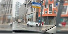 Wiener kracht mit E-Auto auf großer Kreuzung in Mast
