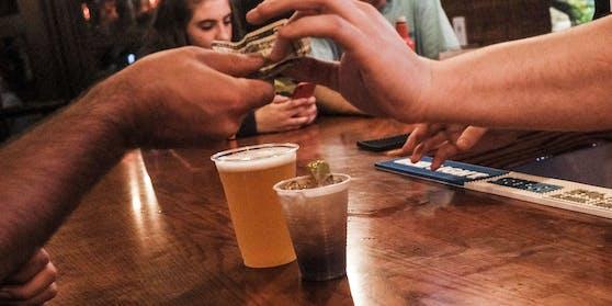 Unter anderem wird am Montag der Ausschank von Alkohol landesweit in Lokalen und auf Veranstaltungen verboten.