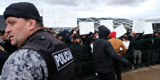Die Flüchtlinge im bosnischen Lipa protestieren gegen die schlechten Bedingungen.