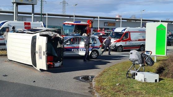 Ein Pkw prallte gegen einen Kleinbus.