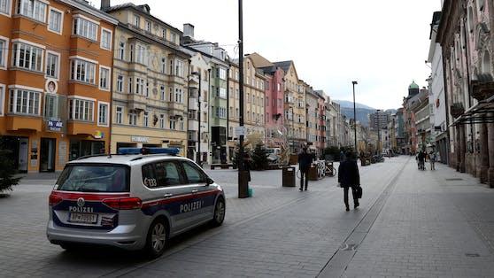 Die Innsbrucker Polizei sucht eifrig nach dem Hundehalter und Zeugen des Vorfalls. (Symbolbild)