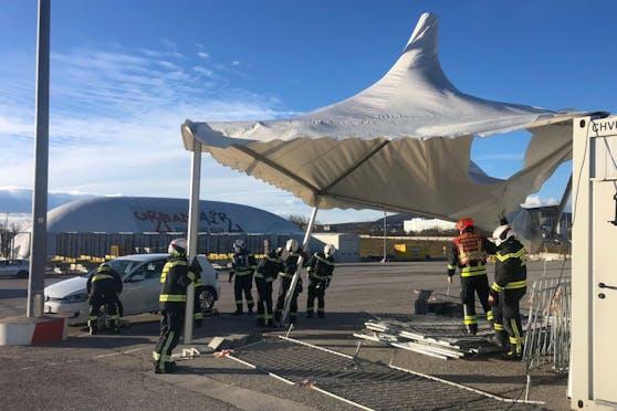 Ein Zelt einer Teststation drohte wegzufliegen.