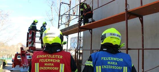 Die Freiwillige Feuerwehr Maria Enzersdorf wurde zu einem Sturmschaden in die Waldgasse alarmiert. Der Grund dafür war ein Baustellengerüst, von dem Teile abzustürzen drohten