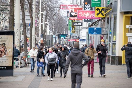 Die Mariahilfer Straße ist aufgrund der geöffneten Geschäfte und Rabattaktionen der Händler stark frequentiert.