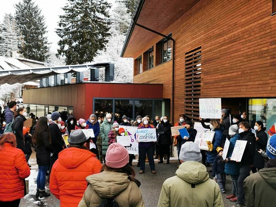 Zahlreiche Bürger aus Eichgraben protestierten gegen die Abschiebung.