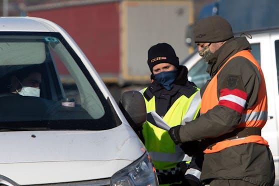Ein österreichischer Soldat kontrolliert zusammen mit der Polizei einen Fahrzeuglenker. Symbolbild