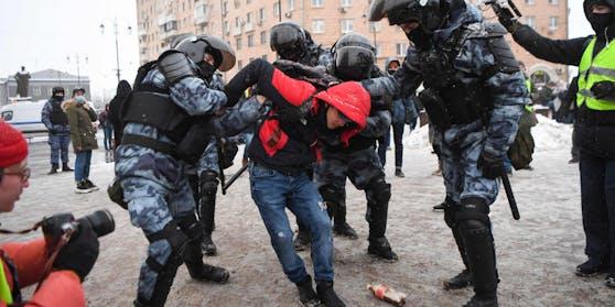 Ein Mann wird in St. Petersburg verhaftet.