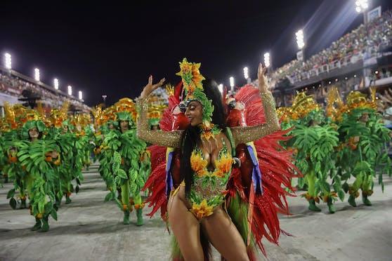Schon vor Monaten wurde das bunte Spektakel, das jährlich Millionen Touristen nach Rio de Janeiro lockt, auf unbestimmte Zeit verschoben - doch der Verband sieht Licht am Ende des Tunnels.