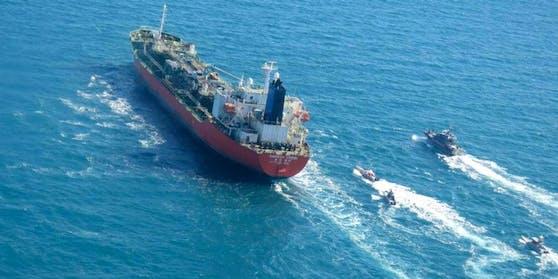 """Boote der Revolutionsgarden eskortieren den südkoreanischen Tanker """"Hankuk Chemi""""."""