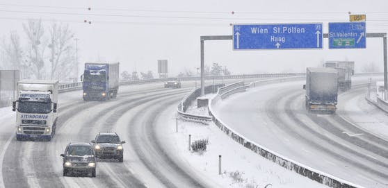 Winterliche Fahrverhältnisse auf der A1 Westautobahn bei St. Valentin (Archivfoto)