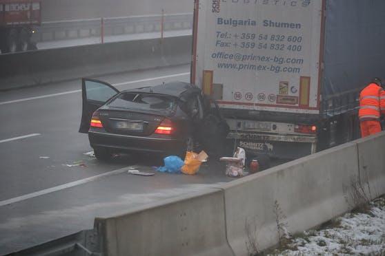 Nach dem Auffahrunfall wird das Fahrzeug rund 200 Meter von dem Lkw mitgeschleift.