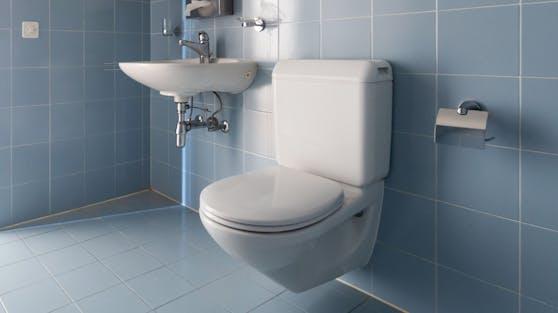 Eine Hausbewohnerin in Nordrhein-Westfalen entdeckte den Einbrecher auf dem WC sitzend (Symbolbild).