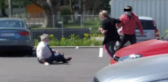 Auf einem Parkplatz bei einem Discounter in Ried schlug im April ein zunächst Unbekannter auf einen 73-Jährigen ein. Jetzt konnte ein Verdächtiger (20) ausgeforscht werden. Die Polizei veröffentlichte damals dieses Foto.