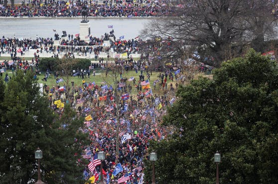 Trump-Anhänger stürmen das Kapitol.
