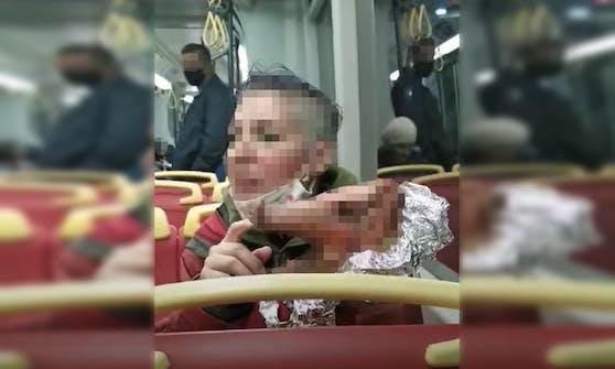 Frau mit Schweinekopf in einer Bim – dieses Video kursiert derzeit im Netz