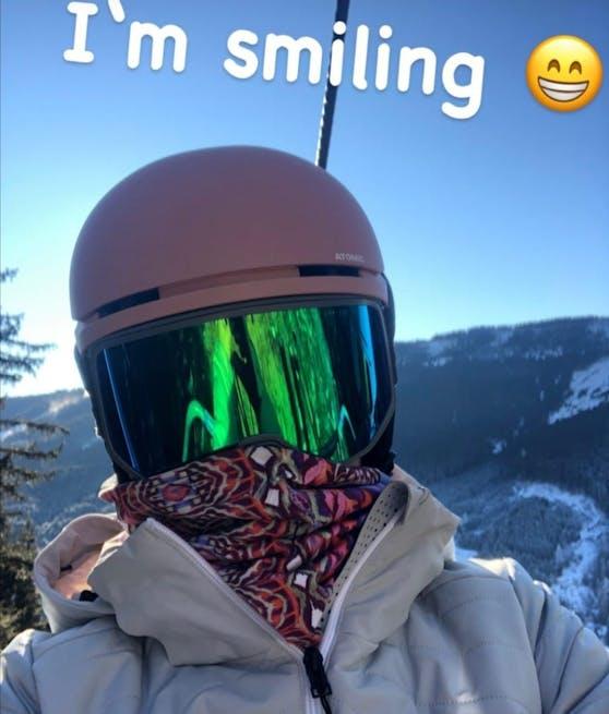 Michaela Kirchgasser lächelt unter ihrer Maske von der Piste.