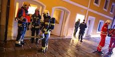 Teenies machen Lagerfeuer in Wohnung, flüchten