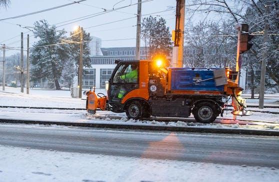 In Linz-Urfahr hat der Schneeräumdienst Mittwochfrüh bereits gut zu tun.