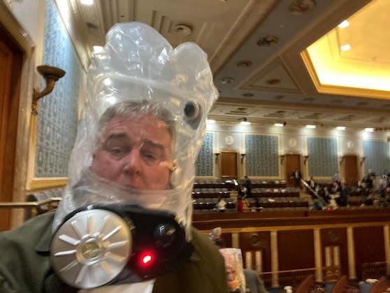 Die Politiker erhielten Gasmasken. Im Bild: Der Republikaner David Trone vor der Evakuierung aus der Senatskammer des Capitols.