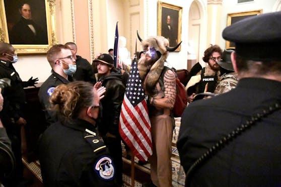 Noch während die Geschehnisse im Gange waren, kehrten Unterstützer Trumps die Schuldfrage um. Der konservative Dan Ball befand, dass die Gewalt mit jener bei den Protesten gegen rassistische Polizeibrutalität im vergangenen Sommer nicht zu vergleichen sei.