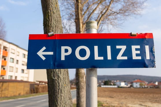 """Neben den Ortschildern wurden auch """"Polizei""""-Hinweistafeln entwendet. Symbolbild"""