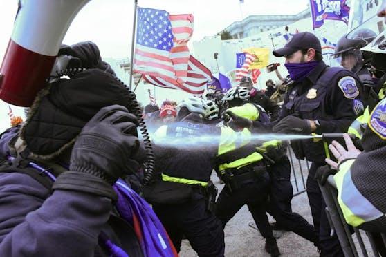 Die Polizei versuchte, die Randalierer unter Kontrolle zu bringen. Erfolglos.