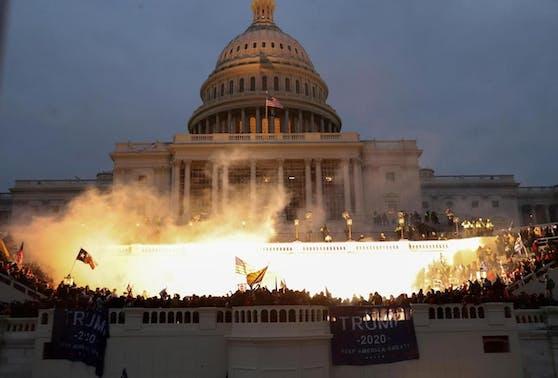 Am späten Abend kam der Kongress wieder im Capitol zusammen. Der Senat nahm seine Beratungen zur Zertifizierung des Präsidentschaftswahlergebnisses wieder auf.