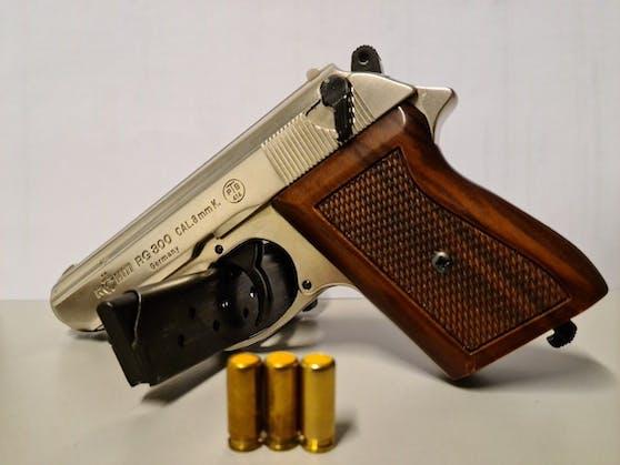 Ein 67-Jähriger hat im 22. Bezirk auf offener Straße mit einer Pistole hantiert.
