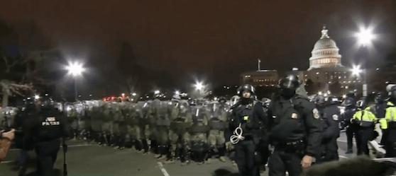An den Weststufen des Kapitols gerieten sie immer wieder mit gewaltbereiten Trump-Unterstützern aneinander.